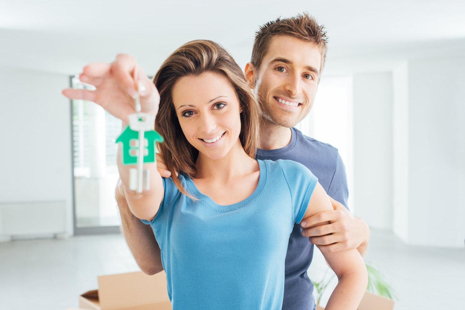 Junges Paar mietet gemeinsame Wohnung